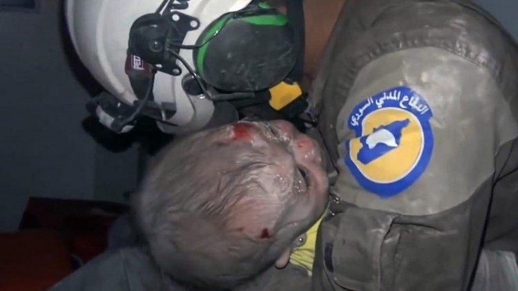 El rescatista Abu Kifah mientras llora desconsoladamente abraza a la beba que rescató desde los escombros de un edificio.