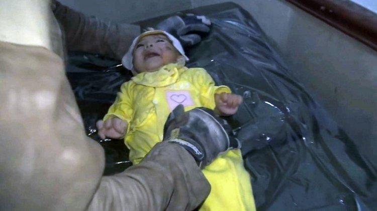 La niña de un mes de vida rescatada por un Casco Blanco en Siria.