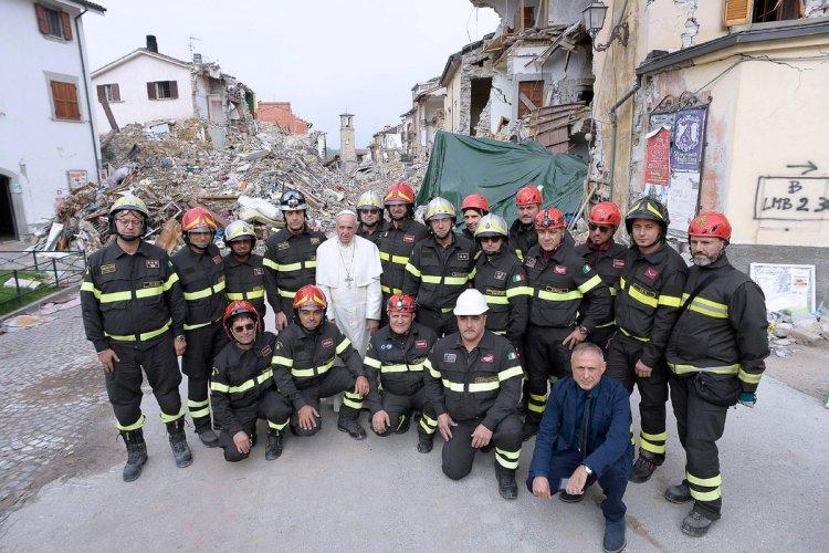 Francisco, junto a los bomberos de Amatrice. Foto: AFP