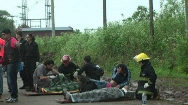 Los heridos fueron asistidos por los brigadistas a un costado de la ruta. Luego fueron trasladados al hospital local. (Fotos Bragado Informa)
