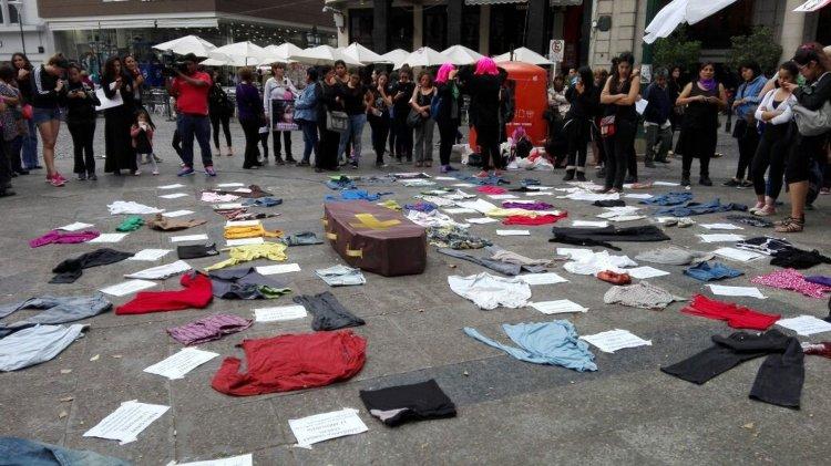 Una intervención sobre la violencia de género en la plaza 9 de Julio. Foto: Fernanda Alemán