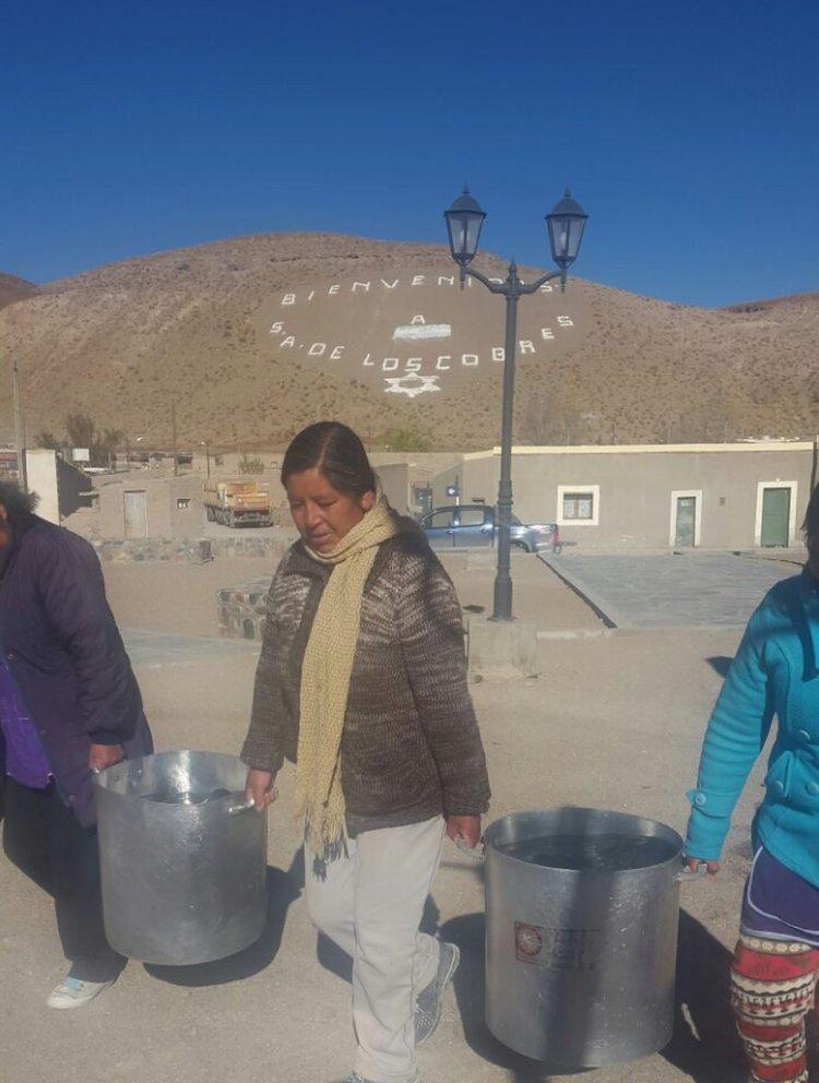 Ollas de agua para lavar y cocinar. San Antonio de los Cobres hace tres días que no tiene agua potable por la rotura de un caño.
