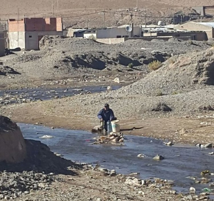 Sacar agua del río, una de las alternativas que está utilizando la gente de San Antonio de los Cobres.