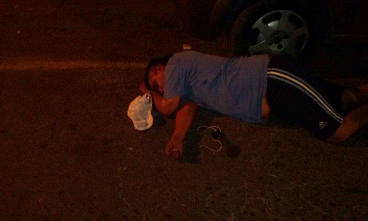 Por la borrachera y la paliza que recibió quedó más de 20 minutos tirado en el asfalto hasta que llegó la policía y el Samec.