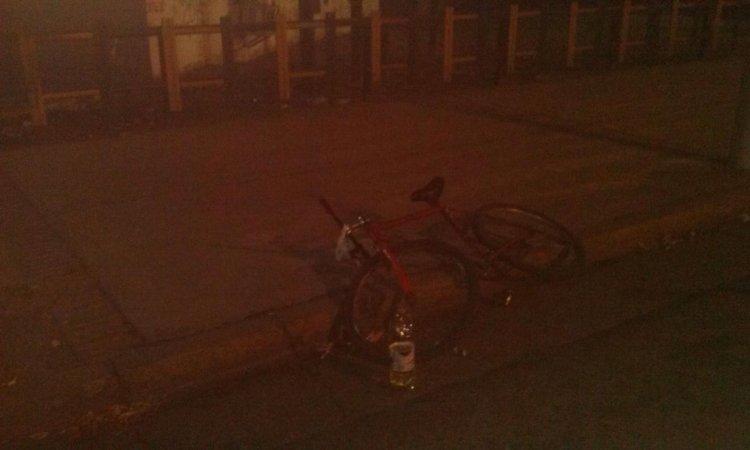 La botella con la cual ingerían alcohol y una bicicleta.