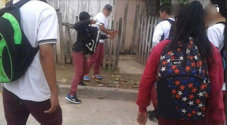 El menor intentó agredir con su cuchillo a uno de sus compañeros luego de terminada la clase.