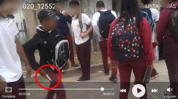 El menor muestra el cuchillo con el cual quería agredir a uno de sus compañeros. Las peleas son continuas y preocupantes en Orán.