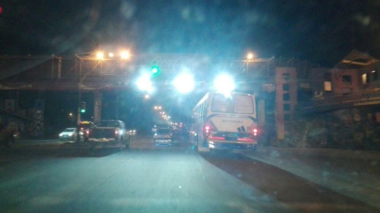 La última secuencia de fotos que envió un lector de El Tribuno que se quejó de cómo encandilan las luces puestas en la pasarela de la Avenida Paraguay.