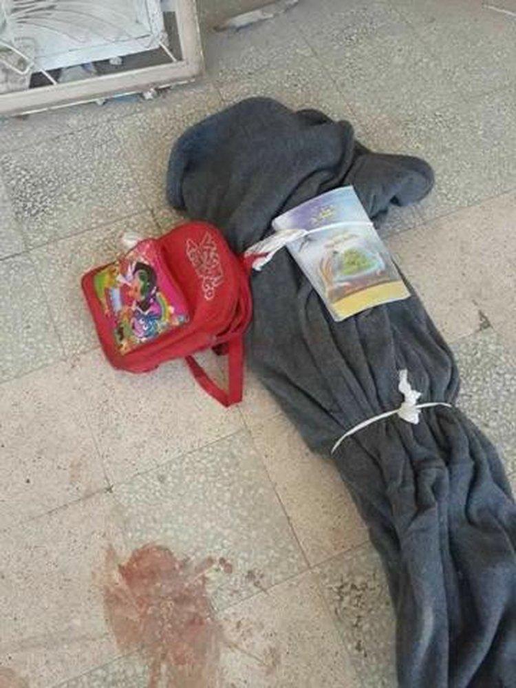 El cuerpo de uno de los chicos tapado, con la mochila  y un libro encima.