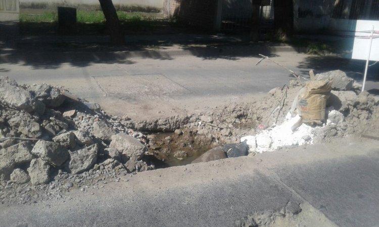 Otro de los gigantescos pozos que hay en la misma cuadra del Barrio Limache que ya produjeron varios accidentes.