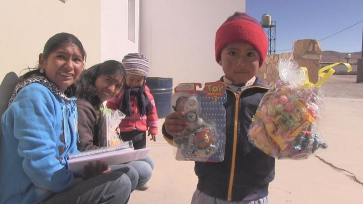 Un niño muestra los juguetes que recibió en Olacapato, el pueblo más alto del país.Foto: Federico Medaa