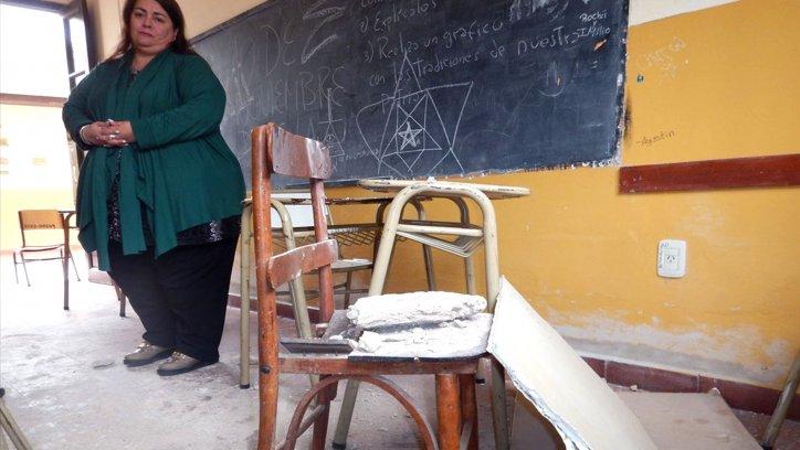 La imagen es elocuente. Los cascotes yacen sobre una silla destruida. Corresponsalía.