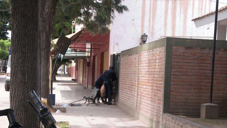 La Policía reingresa a los golpes al detenido que se hallaba casi desnudo, quien intentó prenderse de la columna de un cartel. Corresponsalía