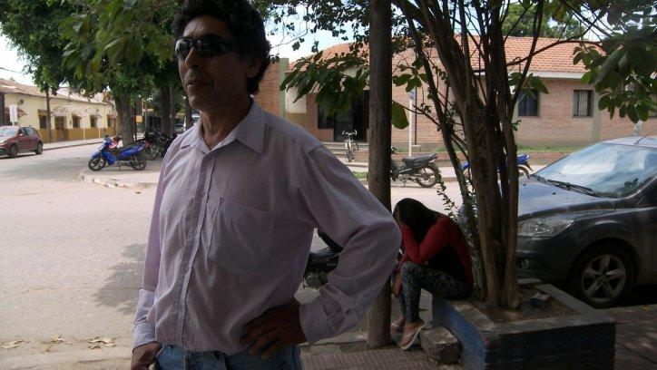 El padre y la madre del joven adicto se lamentan frente a la comisaría. Corresponsalía