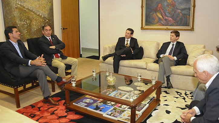 El gobernador Urtubey durante una reunión con funcionarios de la empresa chilena Ferronor. Archivo Gobierno de la Provincia