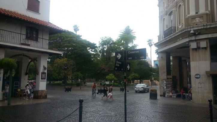 Lluvia y viento en el centro de Salta. Néstor Troncoso