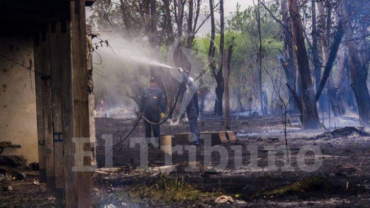El incendio de pastizales fue sofocado por Bomberos. Pablo Yapura