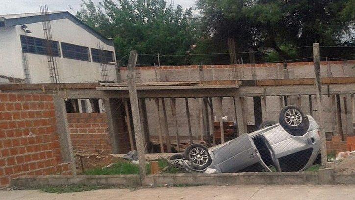 Chocaron dos vehículos que corrían picadas por avenida Palau. Foto enviada por WhatsApp El Tribuno