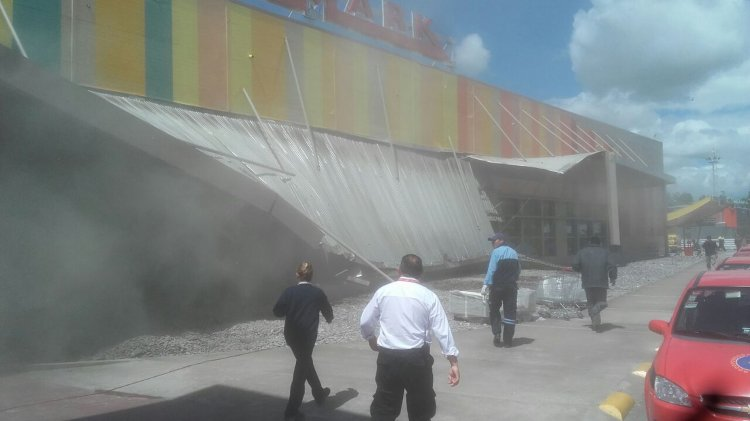 Un techo en el HiperLibertad cayó. Solo hubo daños materiales.