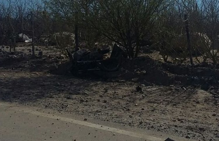 La moto quedó sobre un montículo de tierra y debajo de un árbol luego de recibir el tremendo golpe del auto.