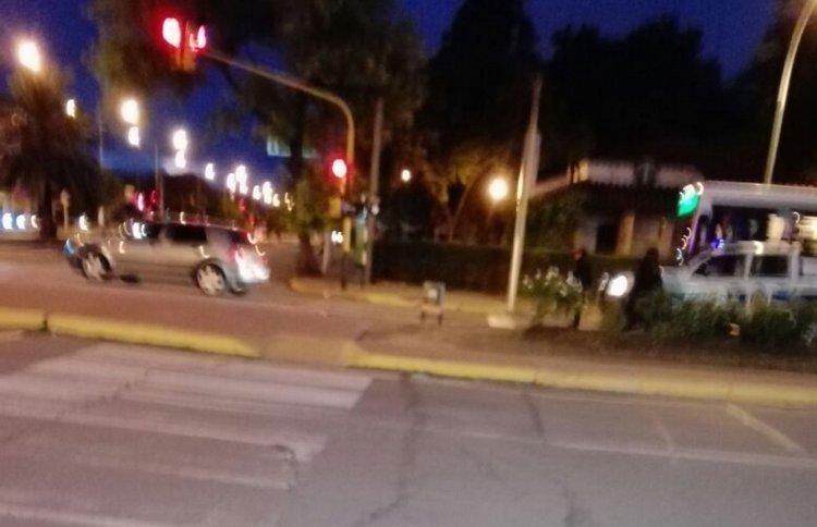 Cuando despertó el conductor, arrancó el auto y se pasó el semáforo en rojo, fue detenido por los mismos policías.