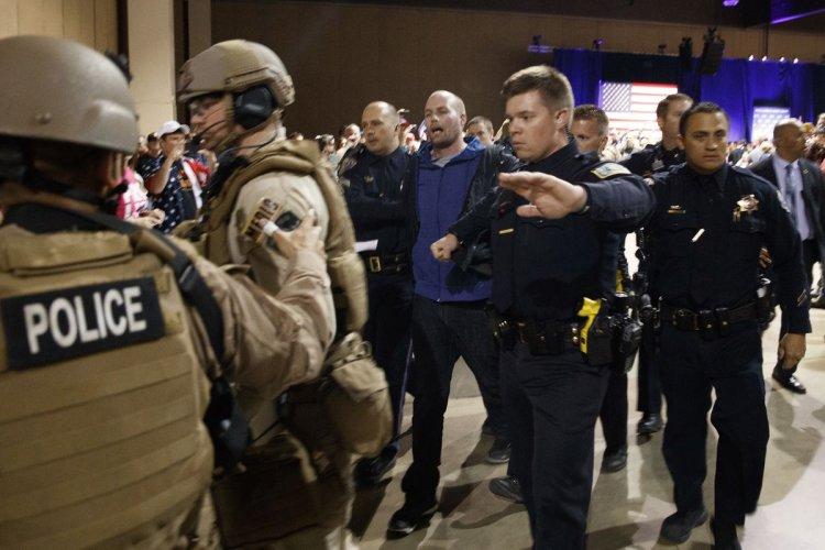 El agresor fue reducido por la policía. AP
