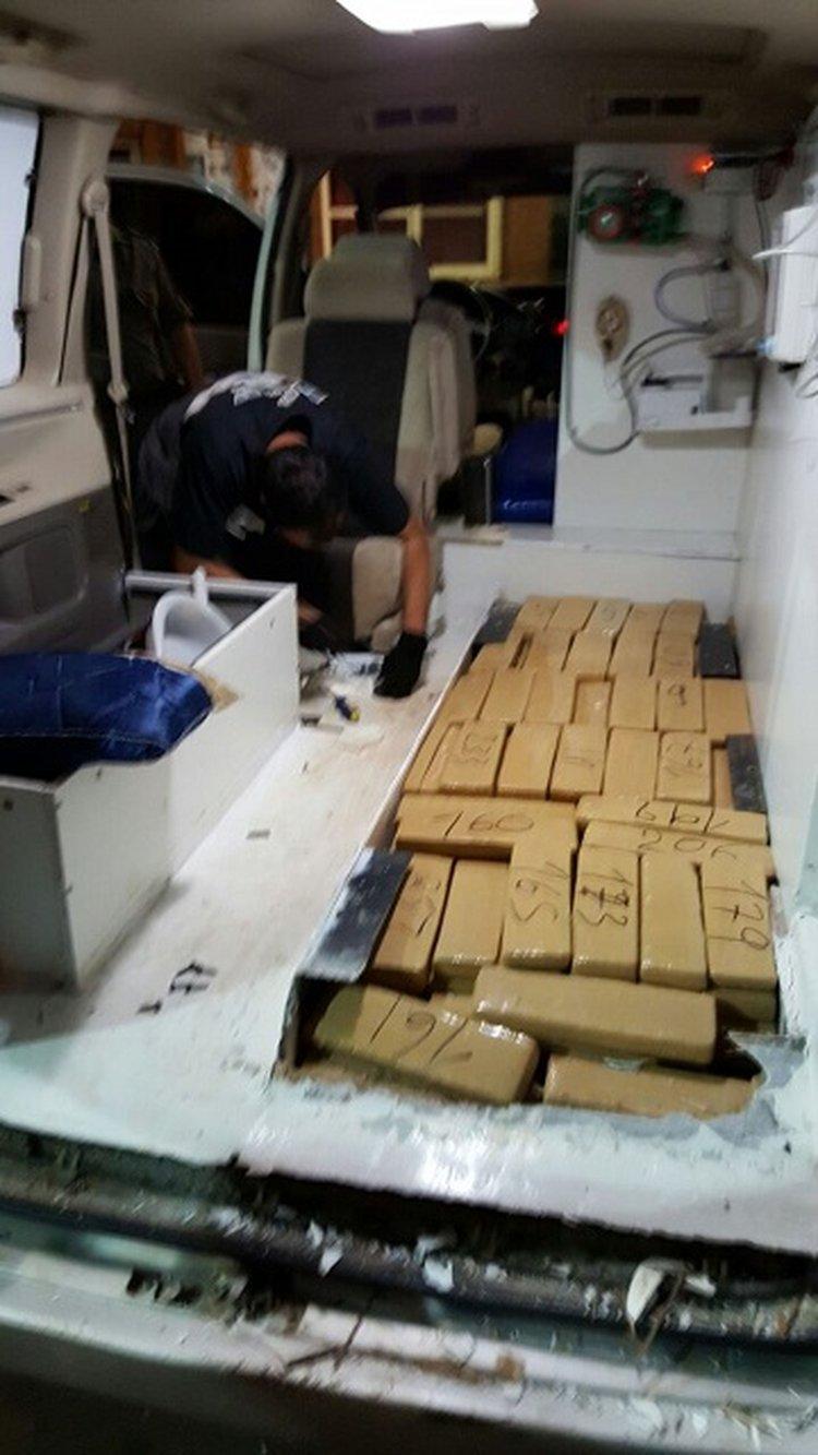 La narcoambulancia tenía varios fondos donde se escondieron los 250 kilos de marihuana.