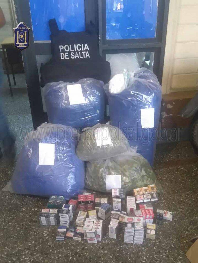 La Policía secuestró en un operativo 54 kilos de hojas de coca y cigarrillos de contabando.