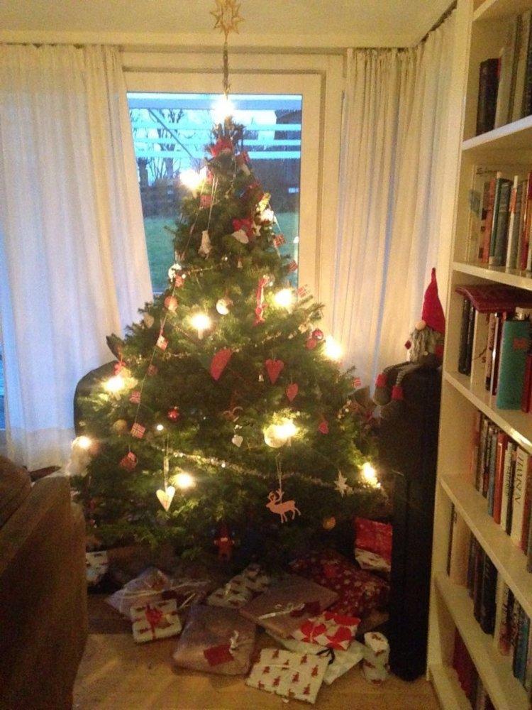 Árbol de Navidad y regalos en una casa en Asker, Noruega. Foto: Gentileza Aurora Groendalen