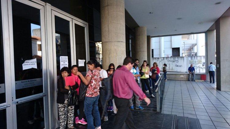 La gente espera afuera mientras espera que concluya la Asamblea en la AFIP.