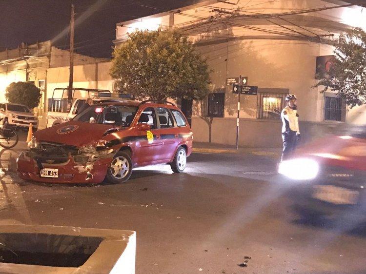 Otra imagen del taxi que chocó en la calle Vicente López y Santiago del Estero. Los vecinos piden un semáforo.