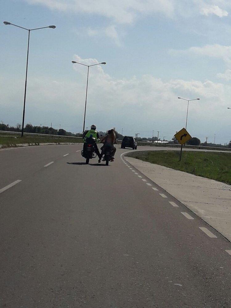Un lector le envió a El Tribuno una secuencia de fotos donde un policía de tránsito empuja con su pierna derecha a una moto con dos chicas abordo.
