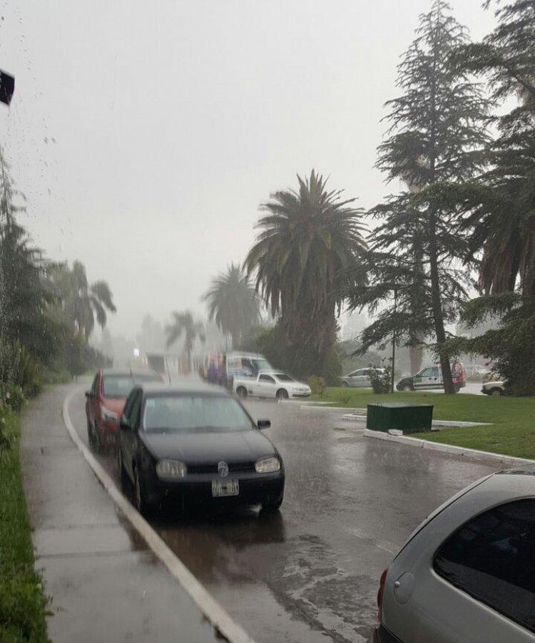 Un diluvio comenzó a caer en Salta Capital. Es la primera tormenta fuerte que soporta la ciudad en esta primavera.