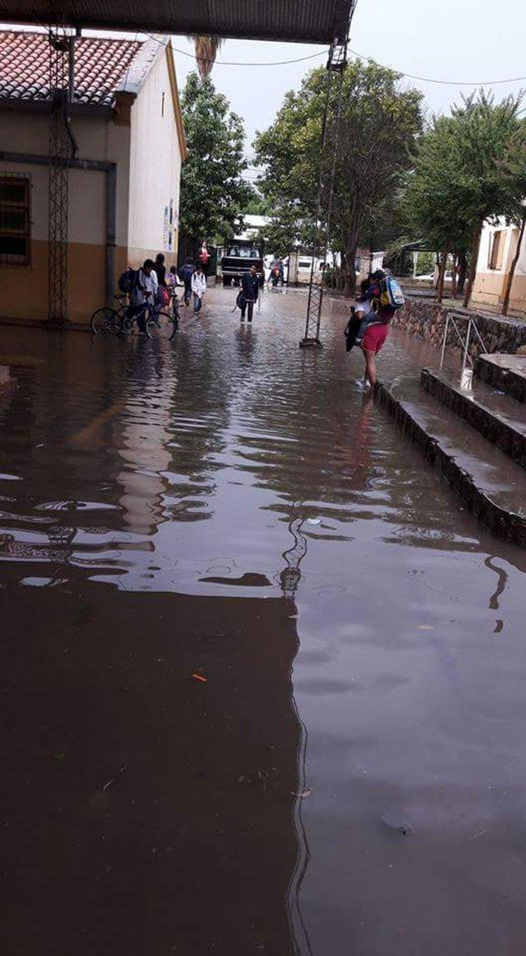 El entorno de la escuela Pacheco de Melo, cubierto de agua.