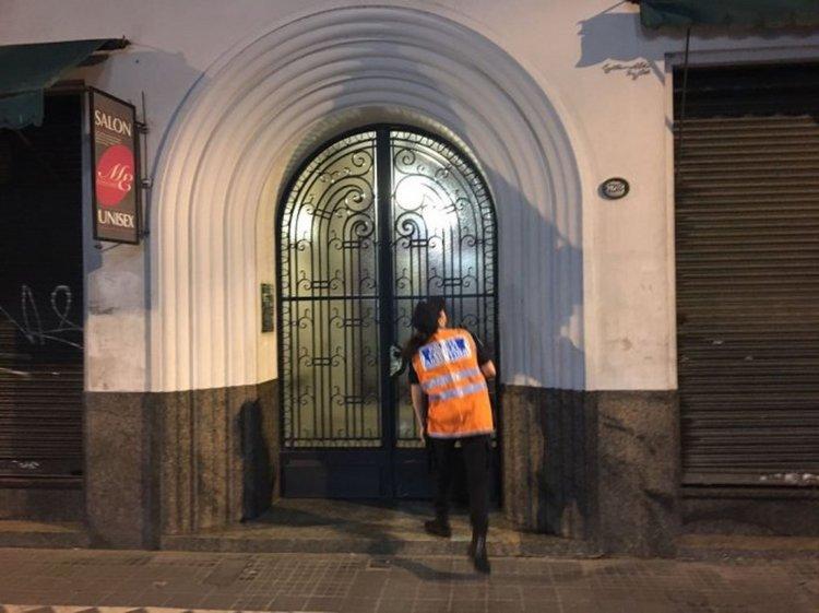 Puerta de entrada del edificio de departamentos donde encontraron muerto al arbolito Silva.