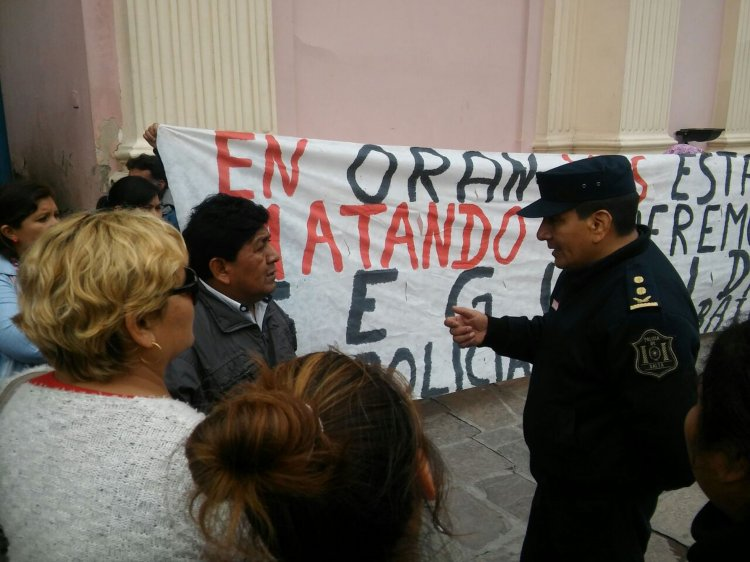 Un policía dialoga con uno de los manifestantes oranenses.