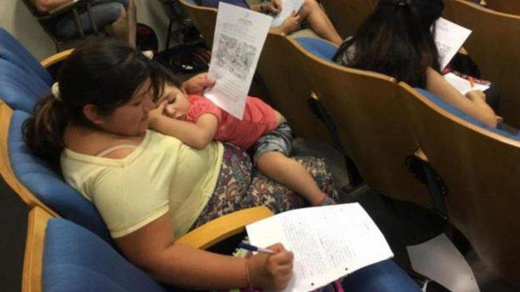 Alicia Brito con su bebé en brazos rindiendo en la Universidad Nacional de Tucumán. La foto la sacó su profesor y se volvió viral.