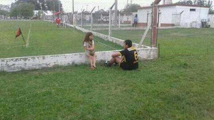 Morena, con sus pies descalzos, consolando a Pablo Jular, jugador expulsado. La historia y la foto se viralizaron rápidamente.