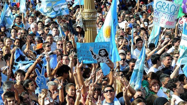 Una multitud colma Plaza de Mayo para estar presente en el último acto de Cristina. Télam