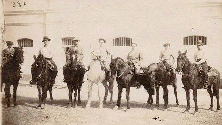 Foto de una cabalgata en los años 20 del siglo pasado.