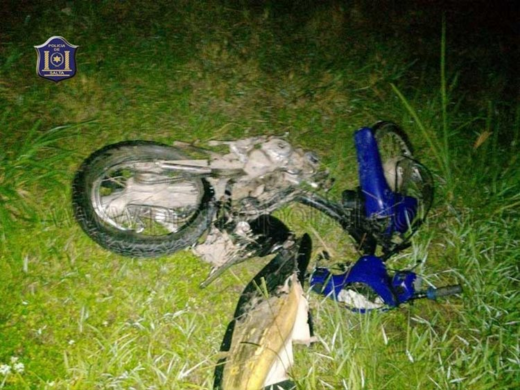 La moto quedó totalmente destruida después de chocar contra una traffic en la Ruta Nacional 50 en Orán.