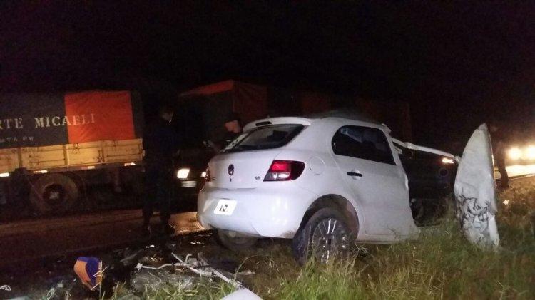Reducido a chatarra, el auto Volkswagen era guiado por Adrián Santos, quien falleció en el acto.