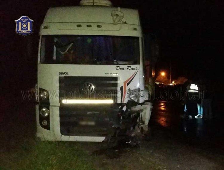 El camión con el cual chocó de frente el automóvil conducido por un joven de 27 años.