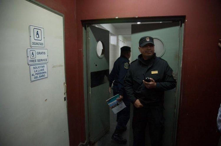 Un policía custodia la puerta del baño donde fue encontrado el hombre oriundo de la provincia de Chaco en la Terminal de Omnibus.