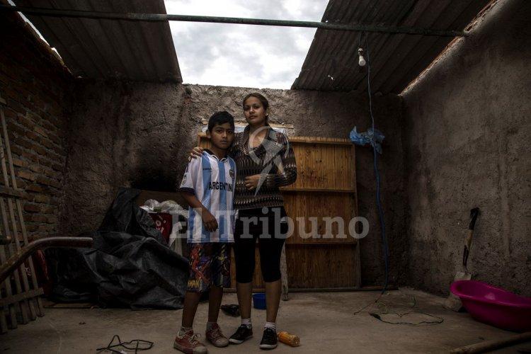 Verónica Vaca en su vivienda a la que le falta la chapa del techo. Andrés Mansilla