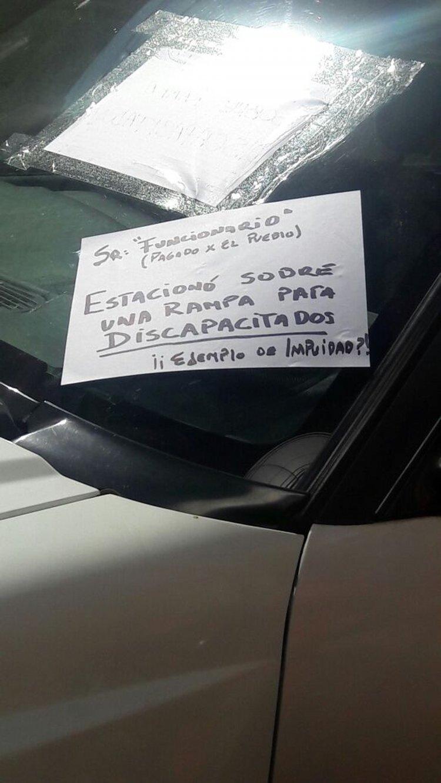 Los comerciantes de la calle Balcarce entre España y Caseros escracharon al conductor.