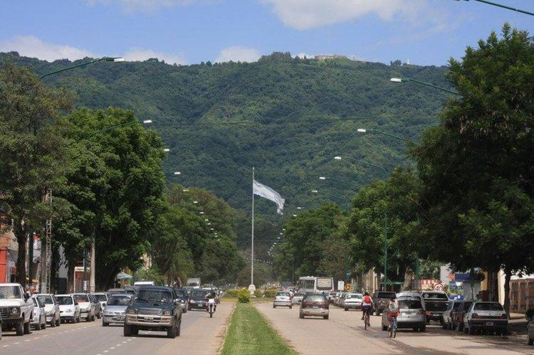 Una mujer perdió su embarazo al ser apuñalada en un robo por dos motochorros en Yerba Buena, Tucumán.