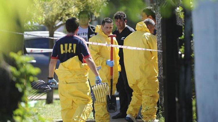 La Policía escavó en la casa y encontró los dos cadáveres.