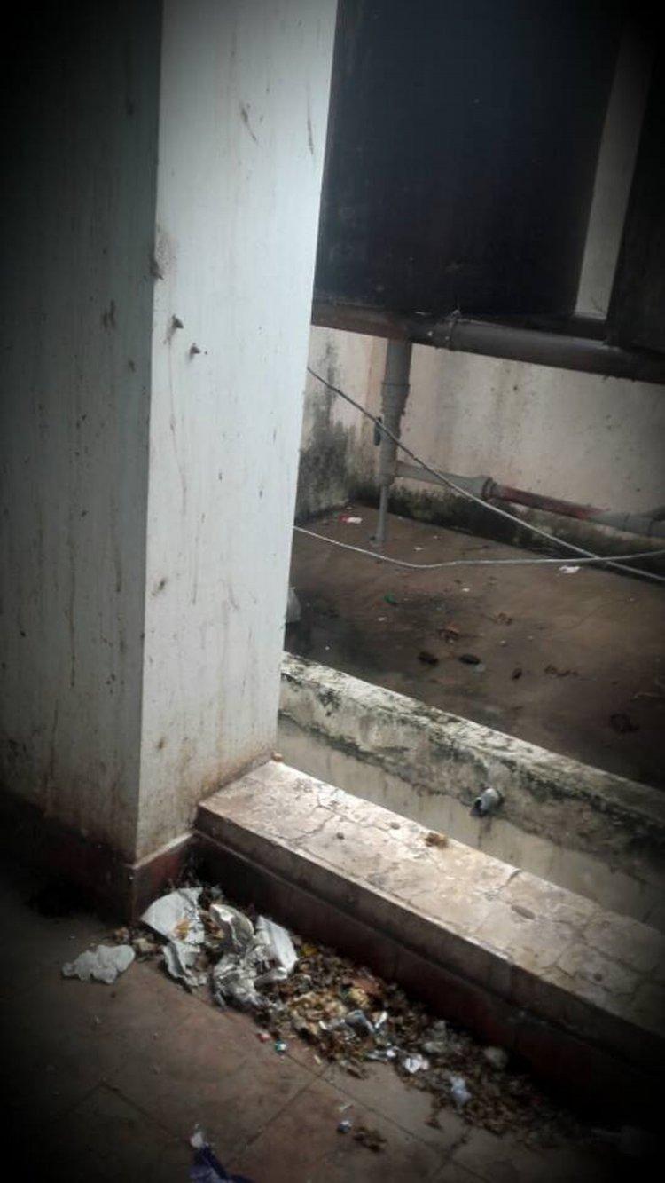 Papeles, bolsas, acullicos secos, botellas, todo esto se encuentra en los pasillos del Hospital de Tartagal.