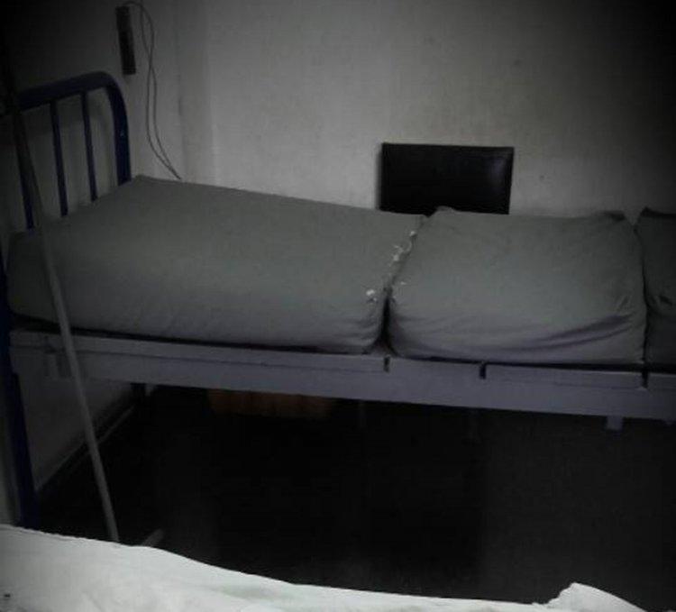 """Una de las camas con su """"colchón"""". Todo zurcido. Así están una de las habitaciones de Maternidad del Hospital Perón."""